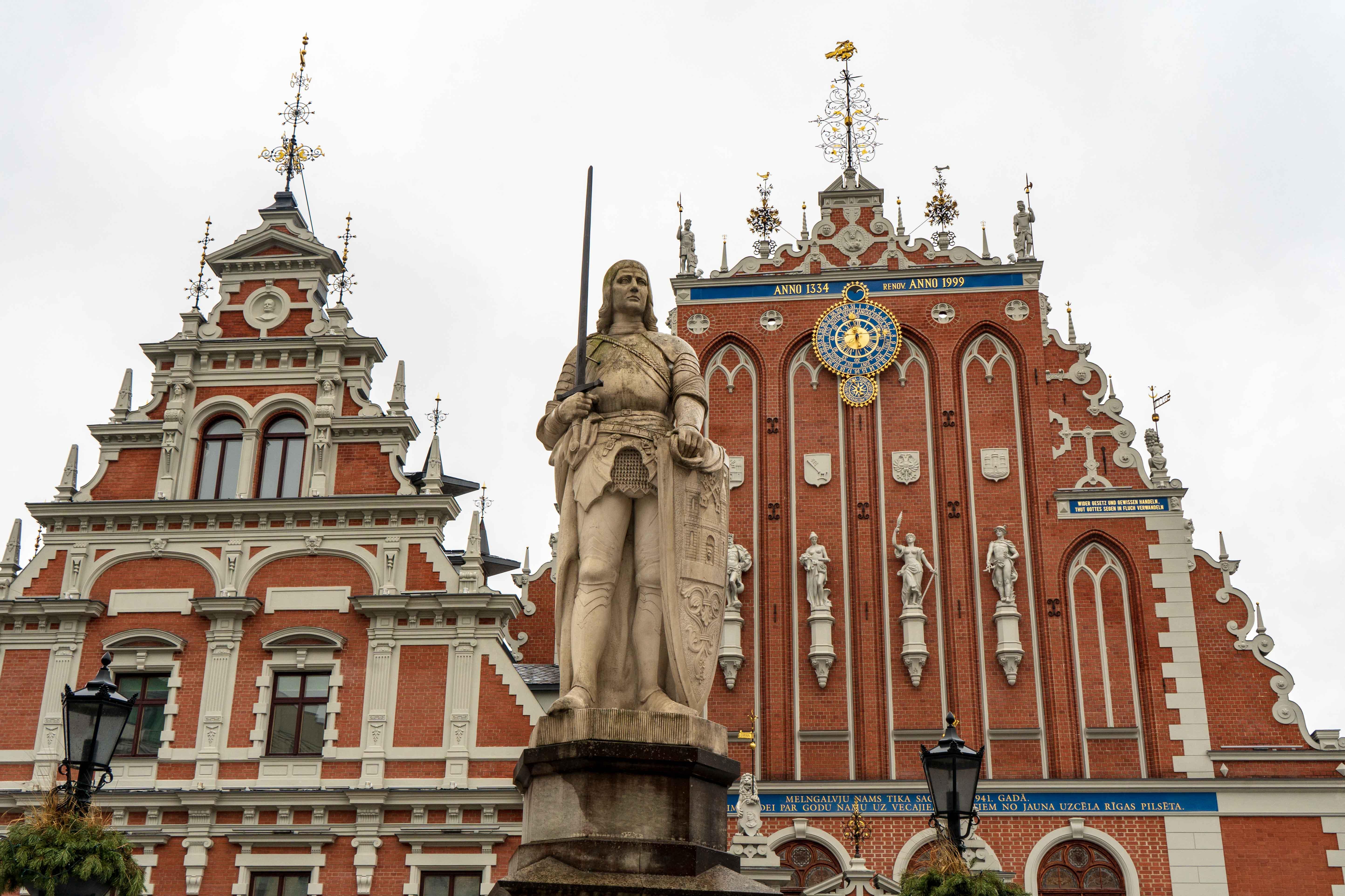 Maison Tetes Noires Statue Roland Visiter Riga