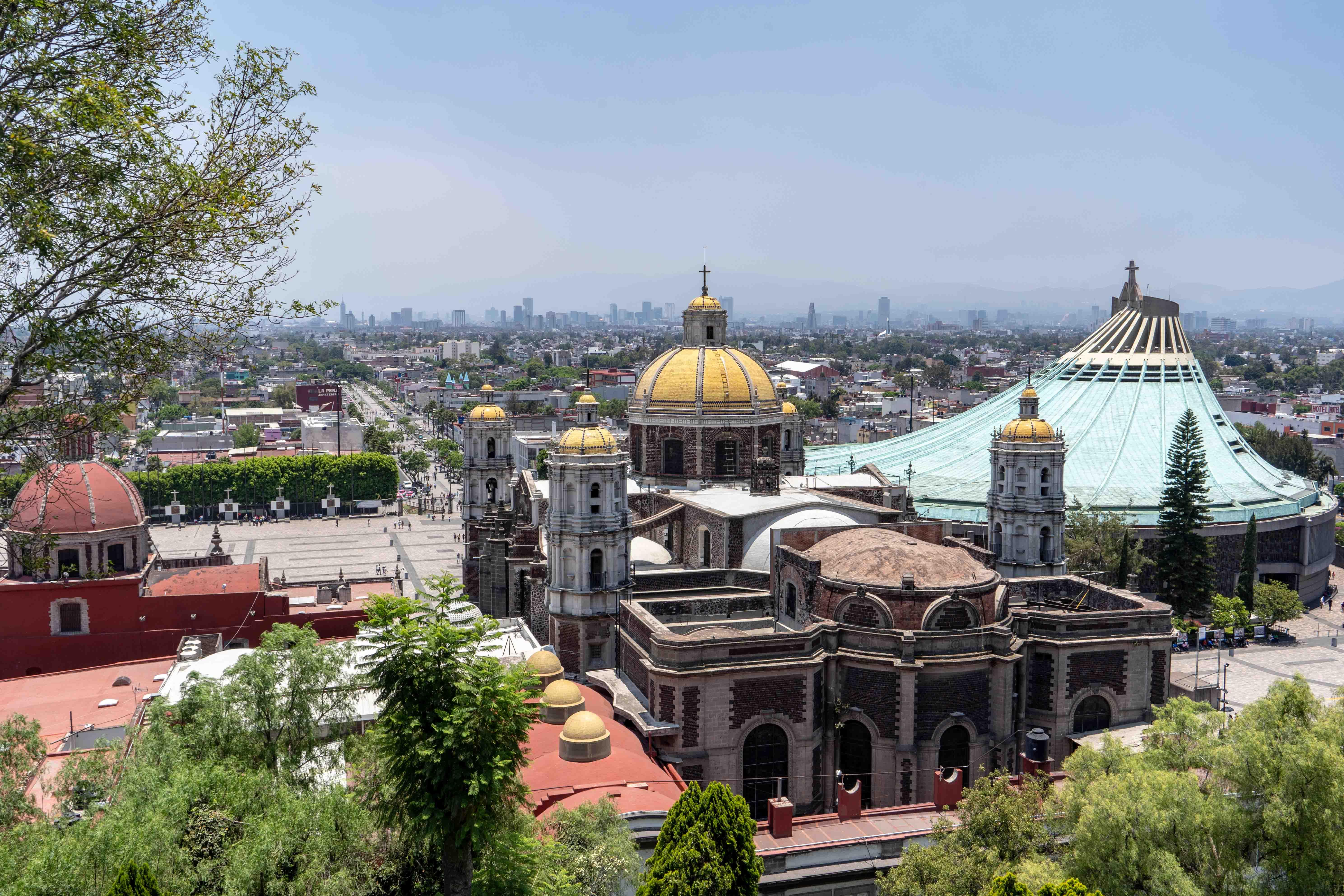 Le Temple expiatoire du Christ Roi et la basilique Notre-Dame-de-Guadalupe depuis la colline de Tepeyac.