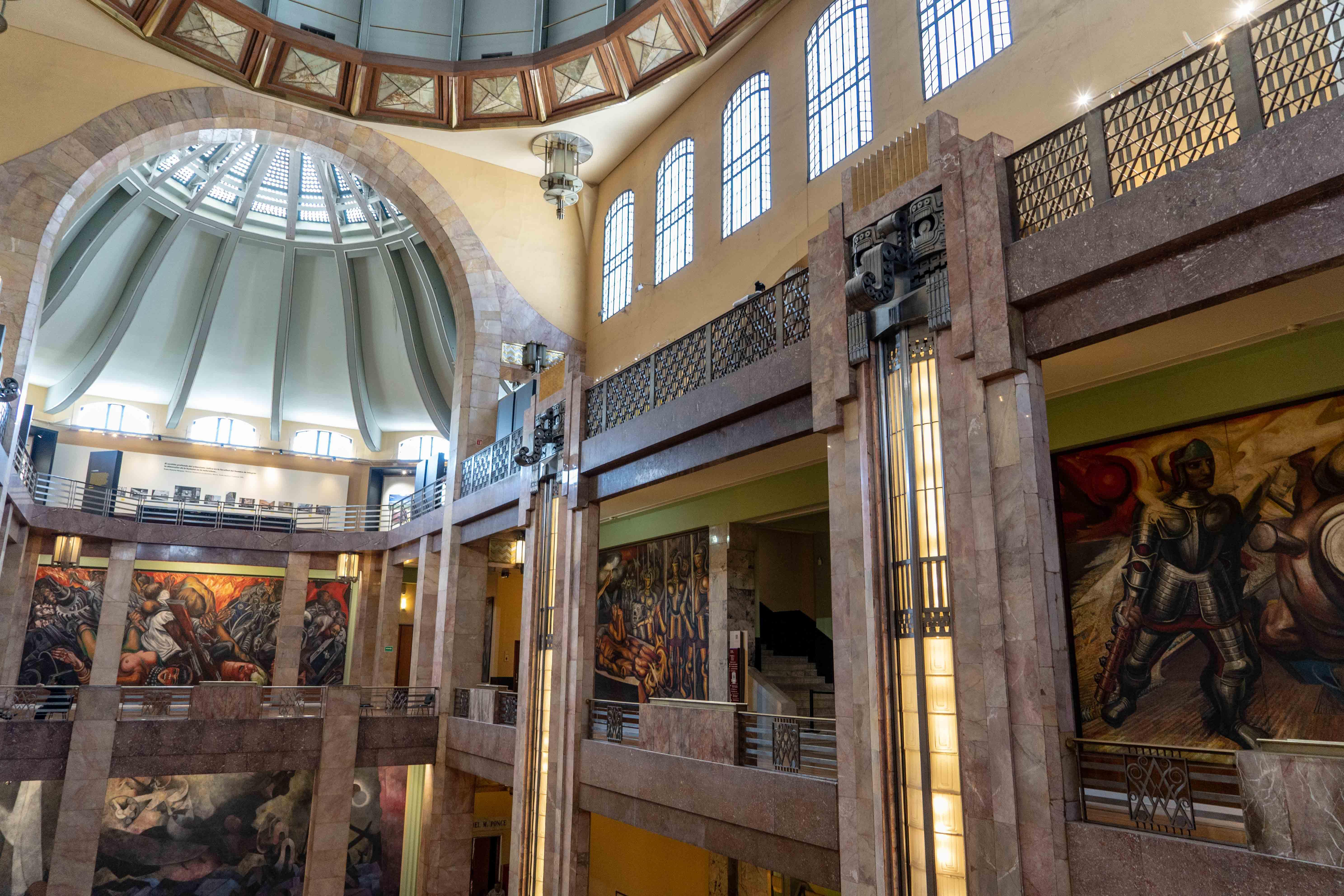 En marbre blanc, le Palacio de Bellas Artes est l'un des plus beaux monuments de Mexico City. Il ravira les amateurs des muralistes mexicains.