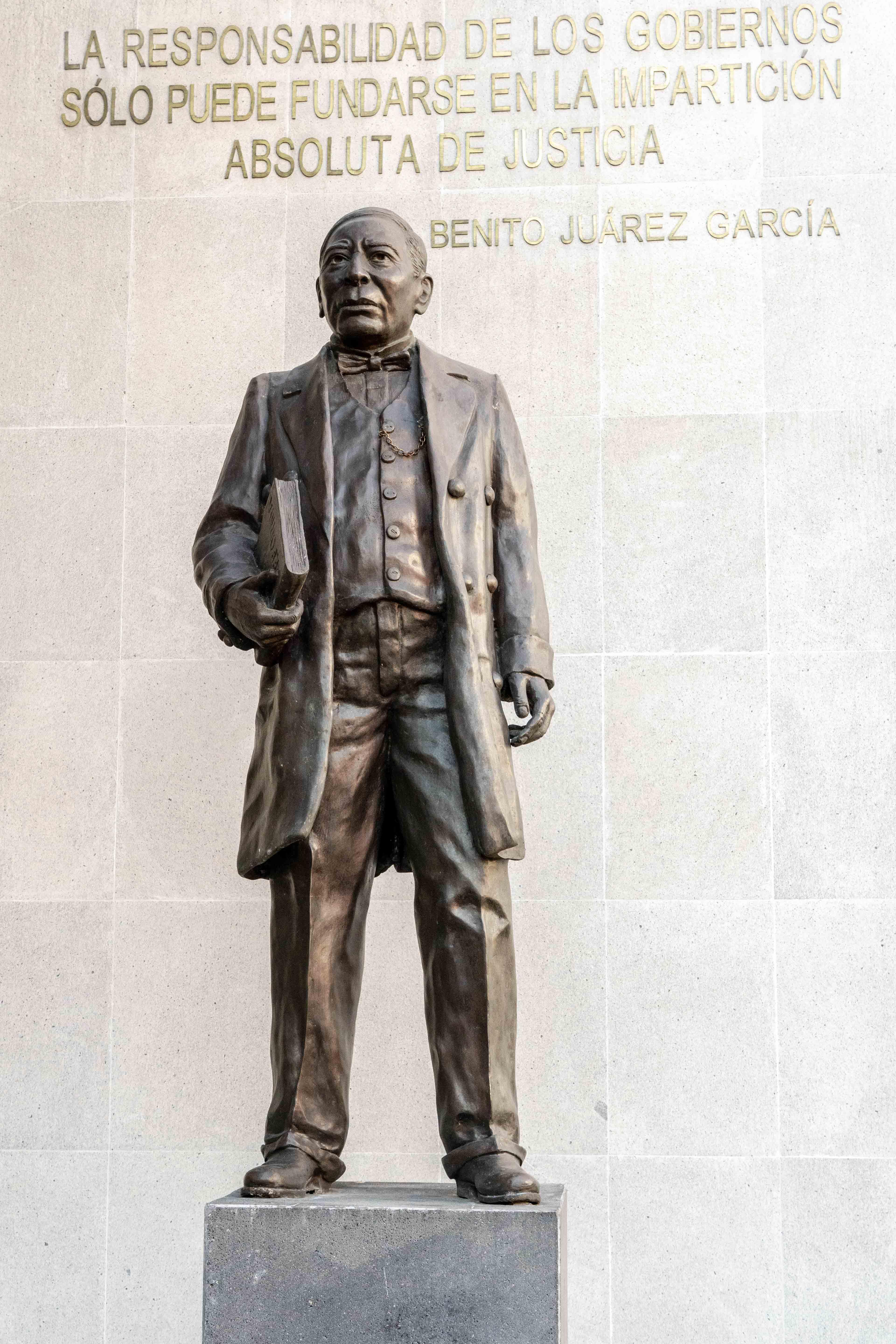 Statue de Benito Juarez sur Plaza Juarez, dans le centre historique de Mexico City.