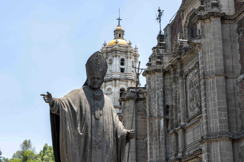 Statue de Jean Paul II à côté du Temple expiatoire du Christ Roi.